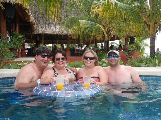 Mr Sanchos Beach Club Cozumel : Enjoying the pool!