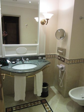Sofitel Rome Villa Borghese: bathroom has a bidet