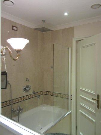 Sofitel Rome Villa Borghese: large soaking tub