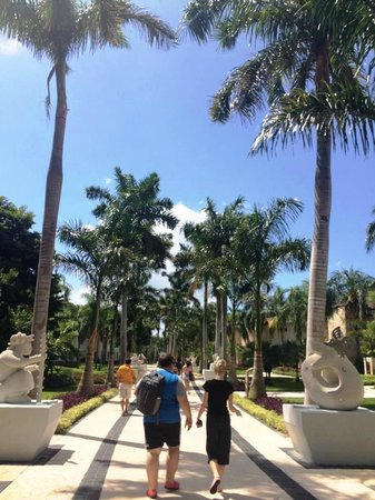Grand Riviera Princess All Suites Resort & Spa: beautiful walkway to pools from lobby