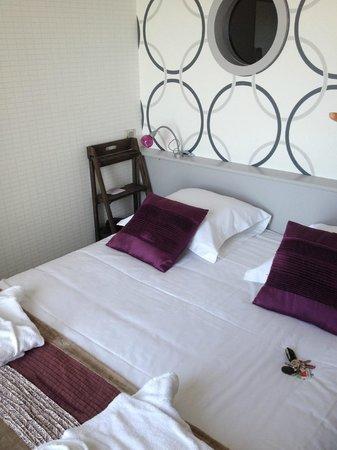 Le Regent Hotel : petit chambre, lit confortable