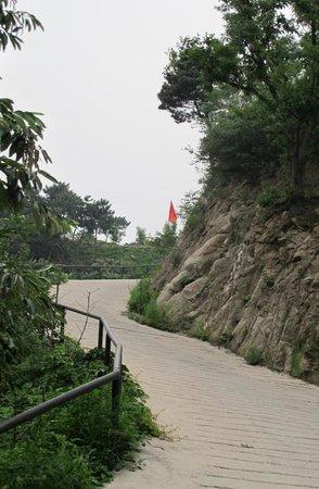 Home of the Great Wall: Дорожка к отелю