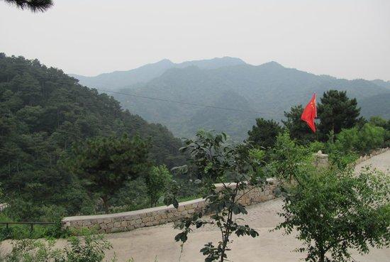 Home of the Great Wall: Верх дорожки к отелю