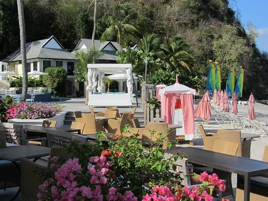 BodyHoliday Saint Lucia : View of the Pavillion, beach and towel huts in the morning