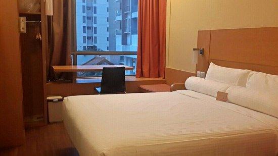 ibis Singapore Novena: Kamar yang simple tapi sangat bersih dan nyaman. Ditambah dengan suasan yg tenang..