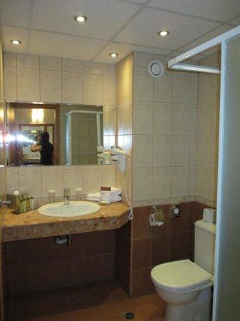 DoubleTree by Hilton Varna - Golden Sands: bathroom