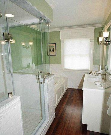 Hilltop Inn: Kay Room Bath