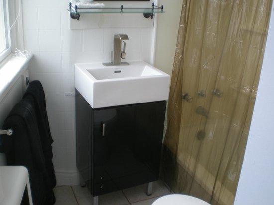 Chameleon Hotel: bathroom