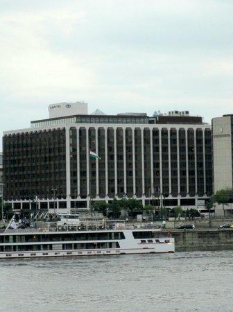 Sofitel Budapest Chain Bridge: l'hotel vu depuis le Danube