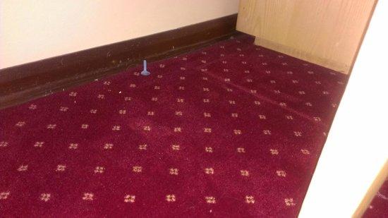 Temple Bar Hotel: Fußboden mit Müll vom Vorgast