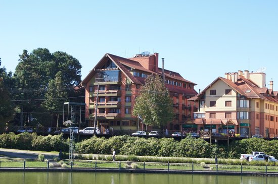 Hotel Laghetto Gramado: Hotel é a construção principal, o restaurante está no último andar.