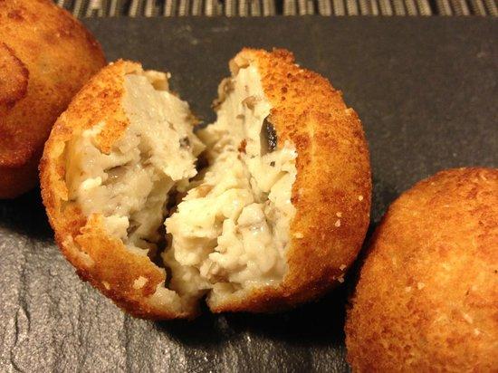 9 Granados Restaurant: Croquettes