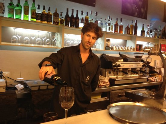 El Nou de Granados: Our waiter, Hugo!