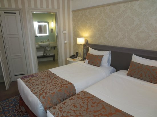 Mercure Arbat Moscow : View of the room with two single beds.