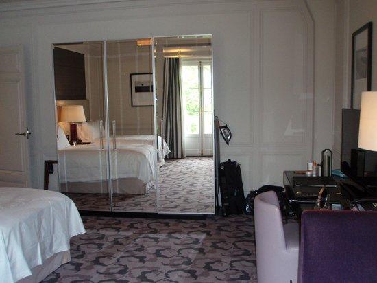 Waldorf Astoria Trianon Palace Versailles: Room 414 - Plenty wardrobe & drawer space