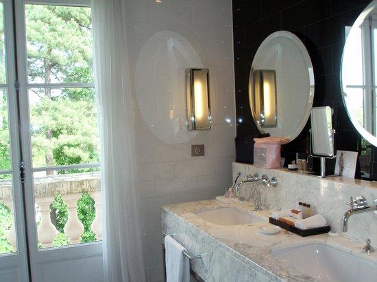 Waldorf Astoria Trianon Palace Versailles: Room 414 - Double sinks & Ferragamo toiletries