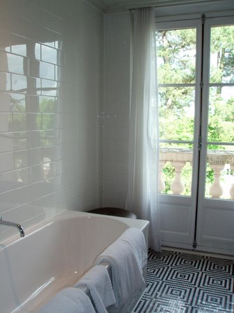 Waldorf Astoria Trianon Palace Versailles : Room 414 - Bath & balcony
