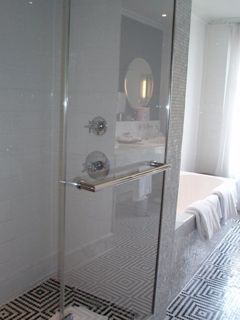 Waldorf Astoria Trianon Palace Versailles : Room 414 - Long bathroom contains bath, shower, double sinks & separate toilet