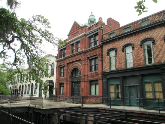 Savannah Historic District : Historic buildings along Bay Street