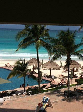 The Westin Resort & Spa Cancun: Pool area. The beach is 2 meter from you and there are beds of the hotel.
