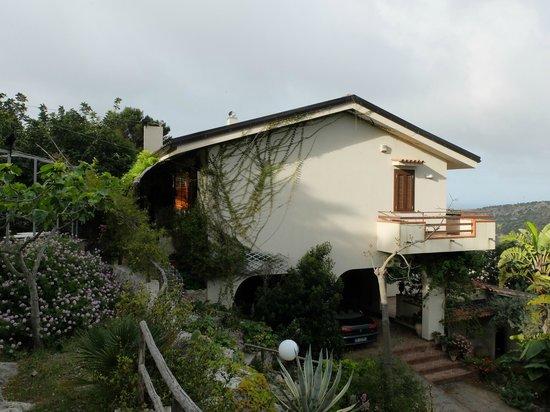 B&B Loggia dell'Acanto: La maison des hôtes: la chambre est sur la gauche