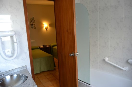 Hotel Nuevo Cachalote: Habitación con baño