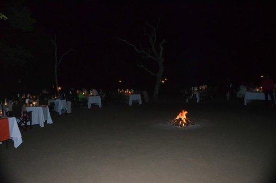 Kapama River Lodge: Uma fogueira em uma noite pra la de especial