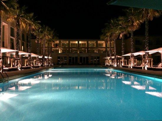 Anantara Vilamoura Algarve Resort: Night time poolside