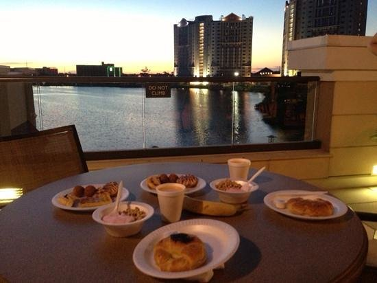 Ramada Plaza Resort and Suites Orlando International Drive : Breakfast included and view from breakfast room balcony