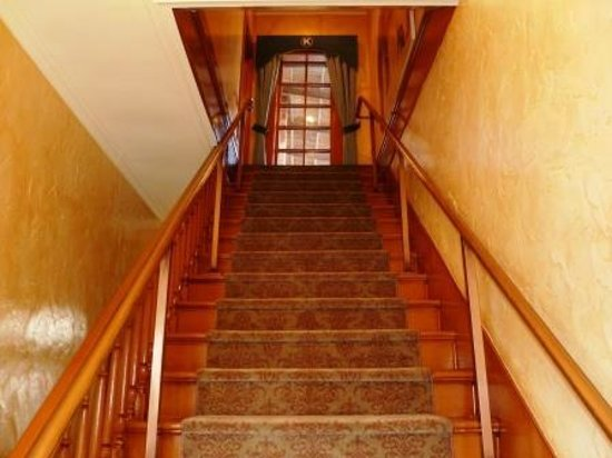 Kaiser House Lodging: Stairway to rooms