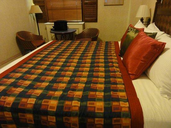 Casablanca Hotel by Library Hotel Collection: キングベッド。ベッドが高さがかなりあります。