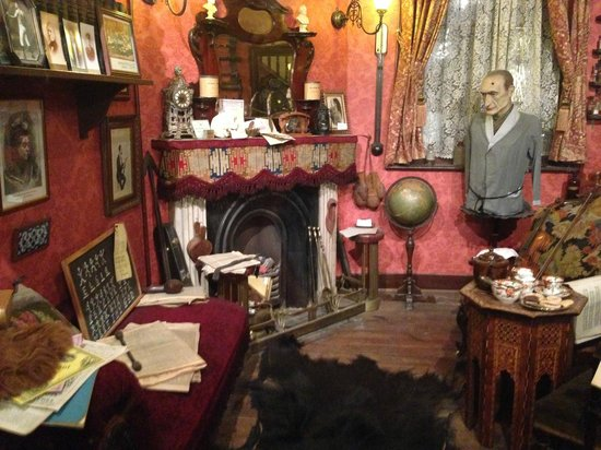 The Sherlock Holmes Public House & Restaurant : The replica of Holmes' and Watson's sitting room and study.