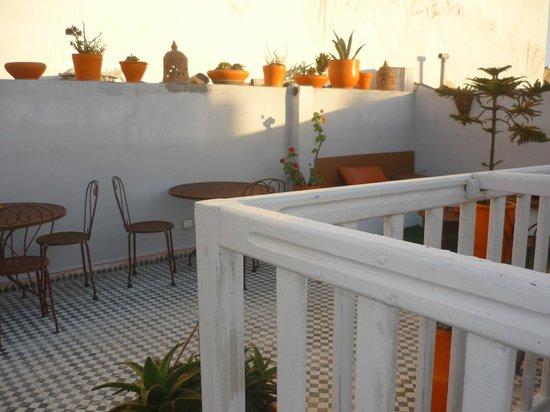 Riad Orange Cannelle : Terrasse chaleureuse et pleine de couleurs