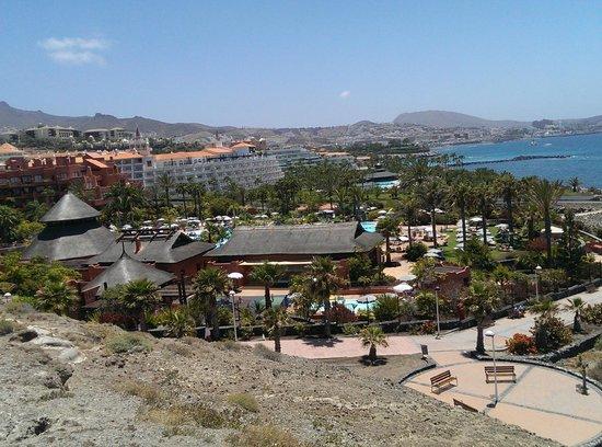 Sheraton La Caleta Resort & Spa, Costa Adeje, Tenerife: HOTEL DESDE MONTAÑA CERCANA