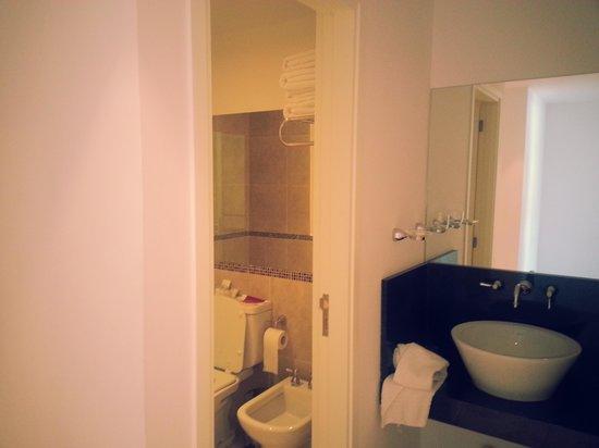 Amerian Carlos Paz Apart & Suites: baño principal con ante baño