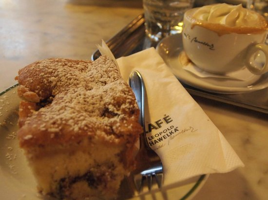 Cafe Hawelka: チェリーのケーキ、ふわふわ