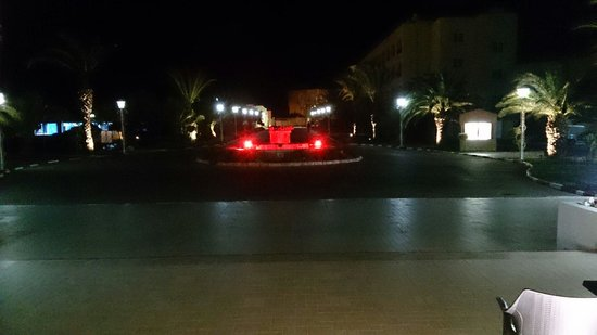 Houda Golf and Beach Club: Night time view of the entrance