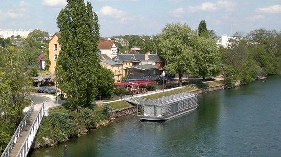 Maison fournaise : Restaurant seen from bridge across Seine