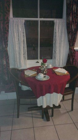 Creston Villa Guest House: Table for two