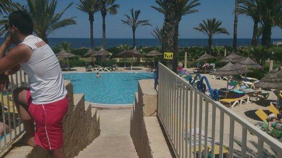 Houda Golf and Beach Club: Pool shot, with sea view.