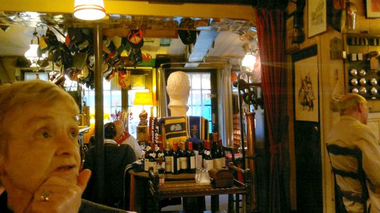 Le Darnetal: Interior of restaurant towards entrance