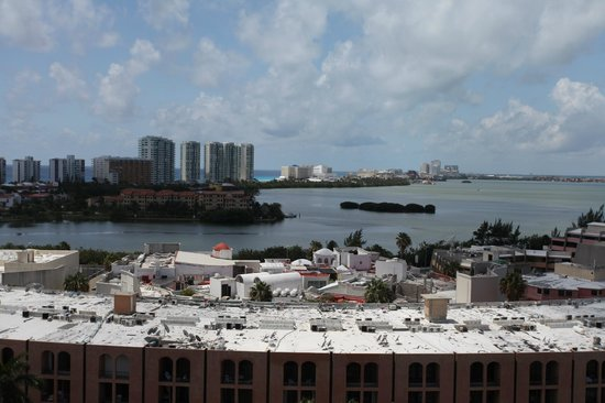 Hotel Riu Palace Las Americas : View from other side of corridor, Lagoon side of Cancun