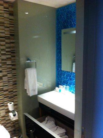 Hotel Arcadia Blue : into the bathroom