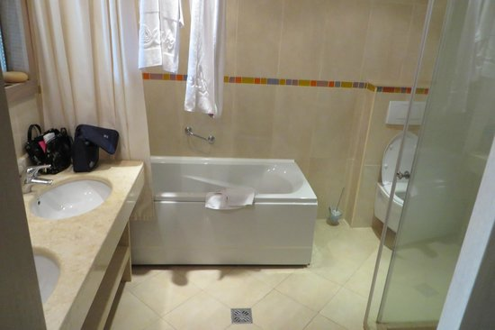 Flamingo Grand: bathroom with tube and shower cabin-BIG,