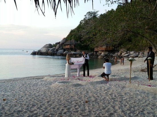 Sai Thong Resort & Spa : A couple had their wedding ceremony right there at the beach