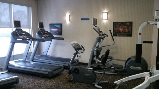 Holiday Inn Montreal Longueuil : Our gym has a new eliptical and two more treadmills!