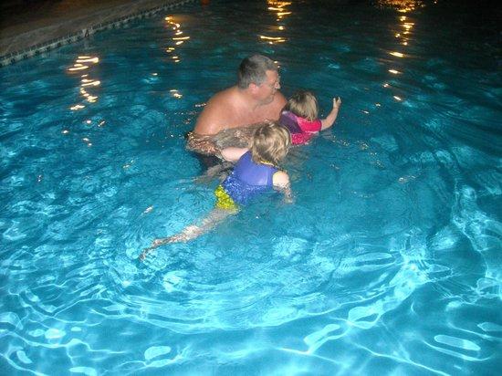 Hampton Inn Holland: kids love the pool (4-5 ft deep)
