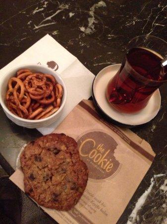 Doubletree by Hilton Avanos Cappadocia : ロビーで頼んだチャイとお菓子。