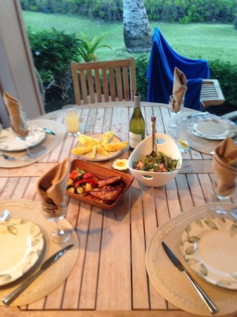 Puamana Townhomes: Our BBQ dinner on the patio