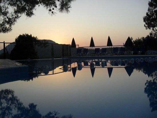 Montana Pine Resort: Sunset by Pool and Bar